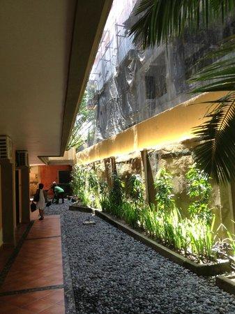 Adi Dharma Hotel: Construction Beside Hotel