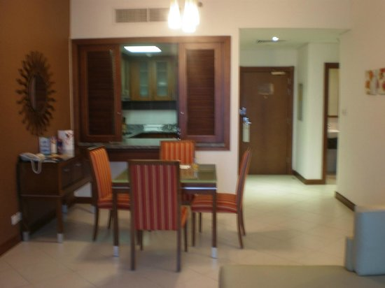 Flora Creek Deluxe Hotel Apartments: kitchen and dining room