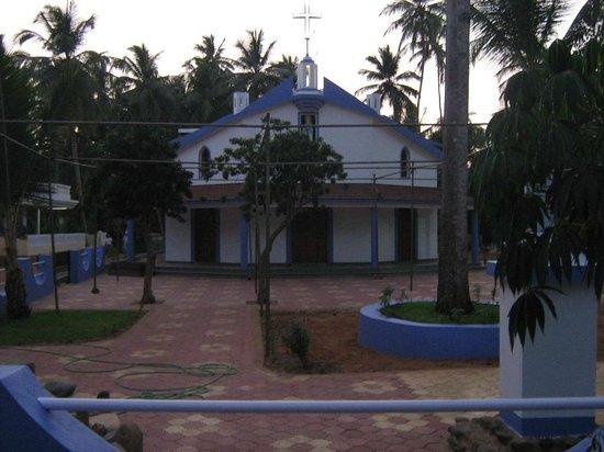 Goa - Villagio, A Sterling Holidays Resort:                   церковь напротив отеля