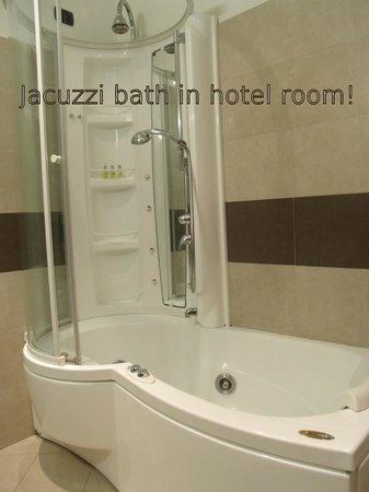 Crosti Hotel:                   Hotel Crosti jacuzzi bath