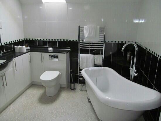 Bankhead Farm:                   Room 7 bathroom