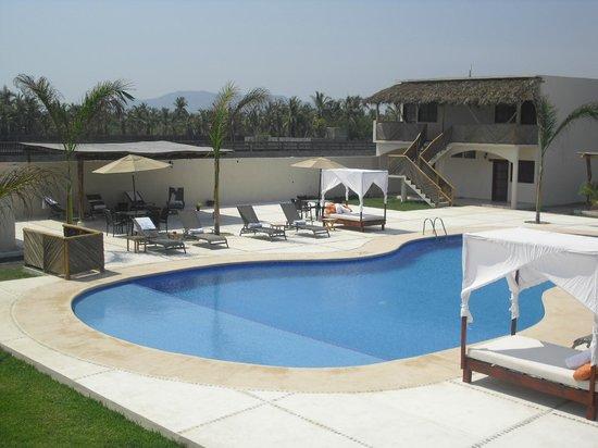 Hotel Barraco: Area de alberca y camastros