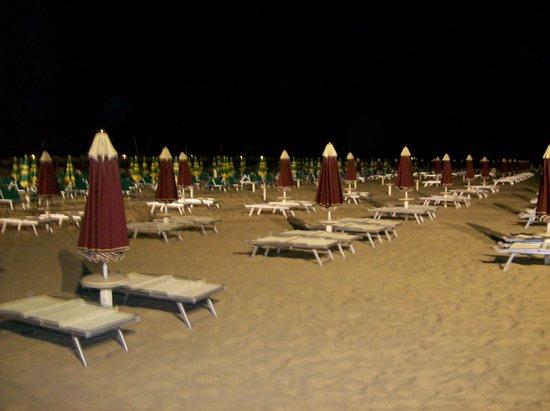 Pensione Fiorella Rimini:                   la plage la nuit