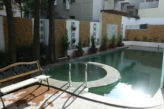 Brunton Heights Executive Suites: Outdoor Pool / Jacuzzi