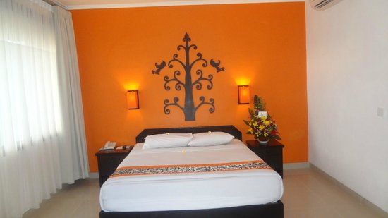 Dewi Sri Hotel: My gorgeous big and comfy bed!
