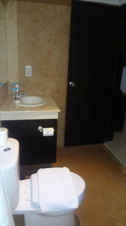 Dewi Sri Hotel: Bathroom