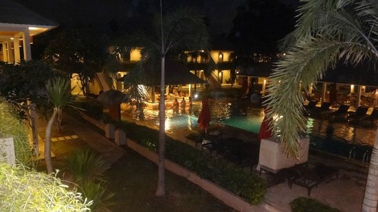 Dewi Sri Hotel: View from my rooms balcony of pool and pool bar at night