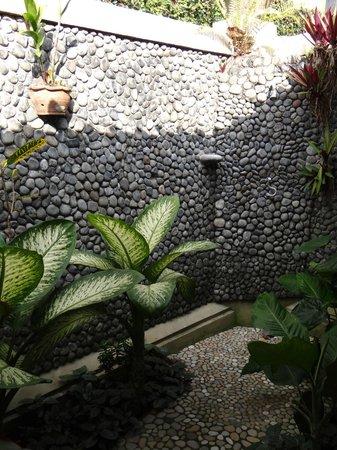Puri Dajuma Cottages: Openair Dusche