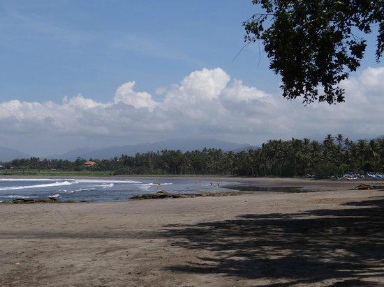 Puri Dajuma Cottages: Strand vor dem Hotel
