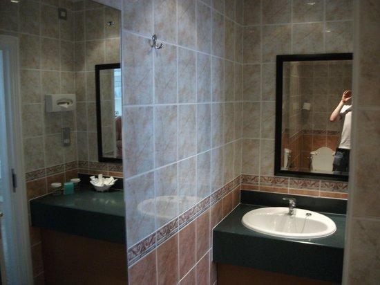 Mercure Brighton Seafront Hotel:                   ensuite bathroom in superior room