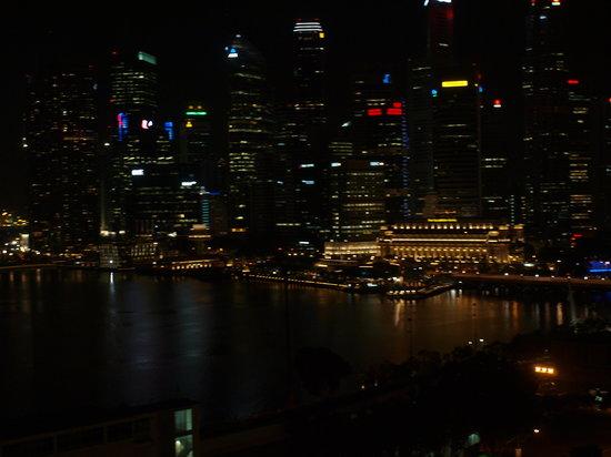 The Ritz-Carlton, Millenia Singapore:                   вечерний вид из окна
