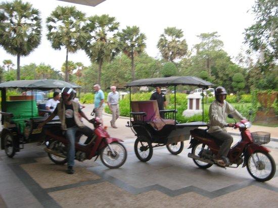 Le Meridien Angkor:                   Stadtrundfahrt mit einem Tuktuk