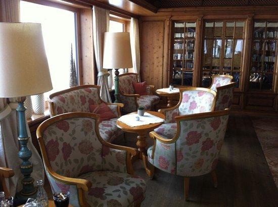 Hotel Auriga:                   gemütliche Lobby mit herrlichem Blick auf das Ohmeshorn