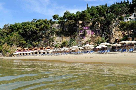 Aeneas' Landing: panorama della spiaggia e parte del complesso