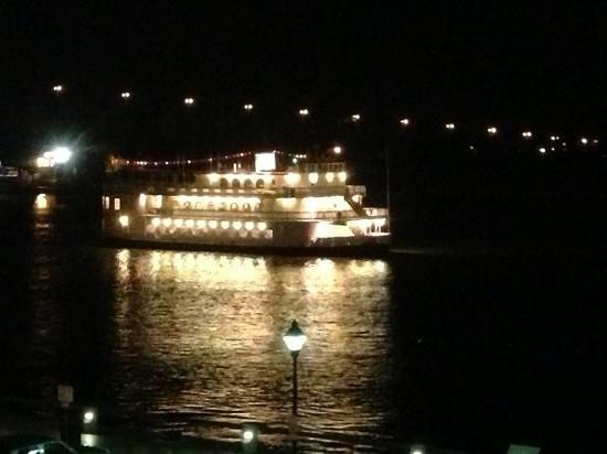 ذا بوهميان هوتل سافانا ريفر فرونت:                   view from our room of a riverboat                 