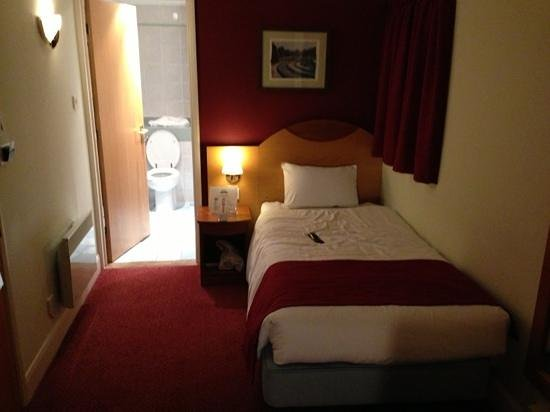 Days Hotel London- Waterloo:                   two single beds room