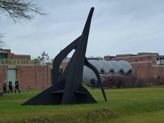 Musée d'art moderne : Sculpture de Giaometti dans le parc du LaM