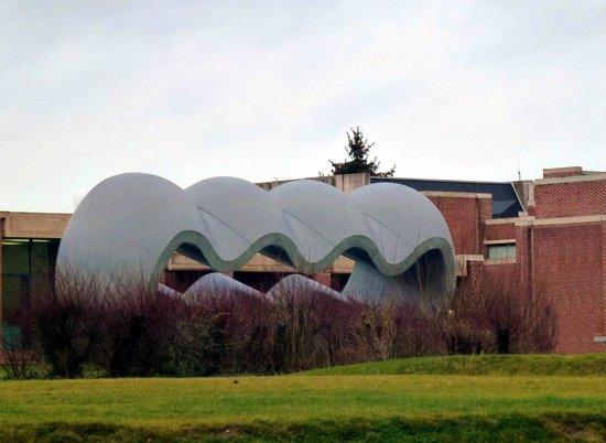 Musée d'art moderne : Sculpture de Le Corbusier dans le parc du LaM