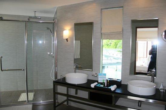 كوراماتي آيلاند ريزورت:                   Bathroom                 