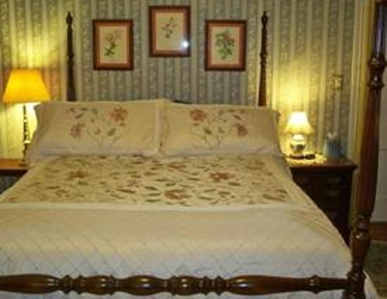 The Inn on Maple Street Bed & Breakfast: Blue Spruce guest room sleeps 3 max, private bath