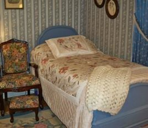 The Inn on Maple Street Bed & Breakfast: Blue Spruce guest room with one twin bed and queen bed