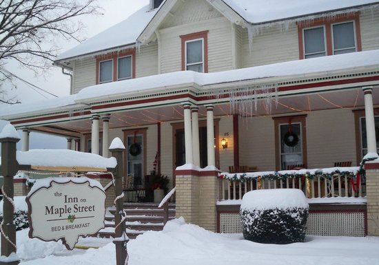 ‪‪The Inn on Maple Street Bed & Breakfast‬: The Inn during winter months‬