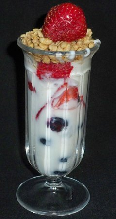 Inn on Maple Street Bed & Breakfast: Vanilla yogurt parfait with in season strawberries & blueberries