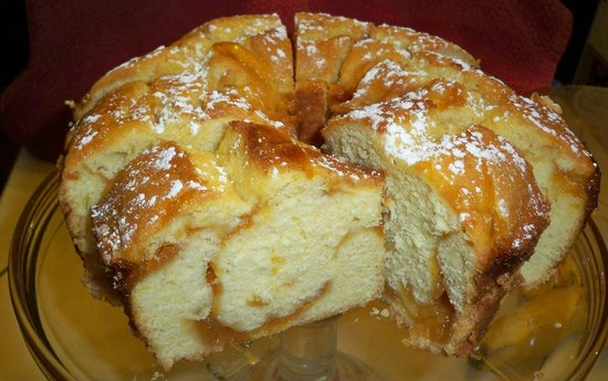 Inn on Maple Street Bed & Breakfast: Fresh baked peach coffee cake