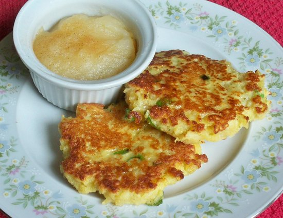The Inn on Maple Street Bed & Breakfast : Crispy potato & onion pancakes with applesauce