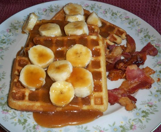 Inn on Maple Street Bed & Breakfast: Buttermilk waffles topped with bananas in caramel and bacon