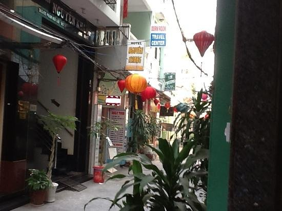 Bich Duyen Hotel:                   alley in which Bich Duyen is!