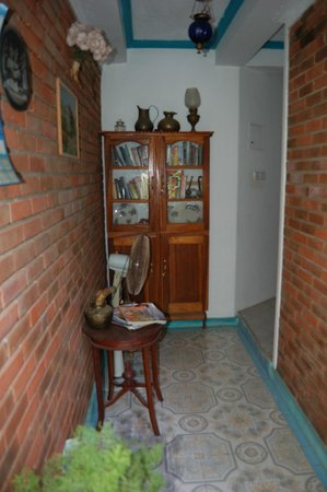 Heaven on Earth Guesthouse: bookshelf in common corridor