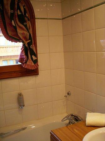 Hotel L'Eterlou:                   Bathtub and shower
