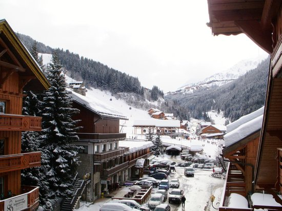 Hotel L'Eterlou:                   View towards chairlifts and gondolas