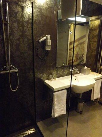 Hotel Palazzo Zichy:                   Nice bathroom