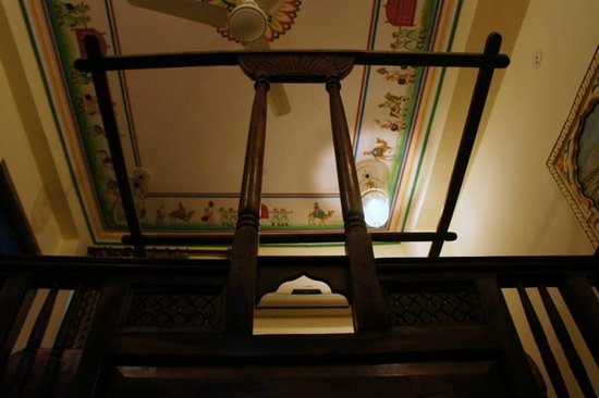 Hotel Baba Haveli:                   big bed and allure paintings of the room