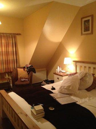 Sibton White Horse Inn:                   our room...excuse the mess!