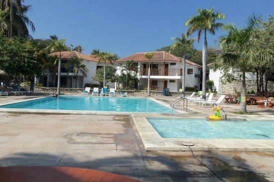 Estelar Santamar Hotel & Convention Center:                   Piscina próxima al restaurante