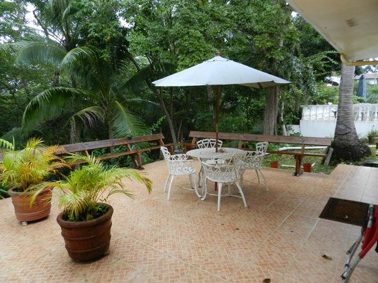 Contadora Island Inn :                   Patio Deck out Back
