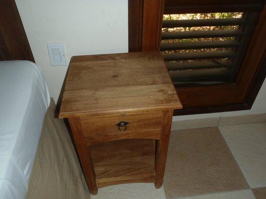 Blue Bay Curacao Golf & Beach Resort:                                     vieille table de chevet et vernis enlevé dans la chambre des