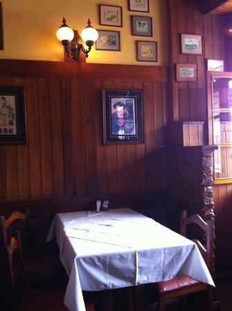 Restaurante Olivinho:                   mesa próxima da entrada