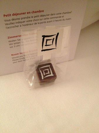 Le Grand Bellevue:                   Chambre Deluxe - petit chocolat du soir :)