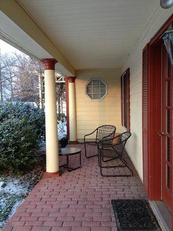 جوزيف أمبلر إن:                   Moore Suite patio                 