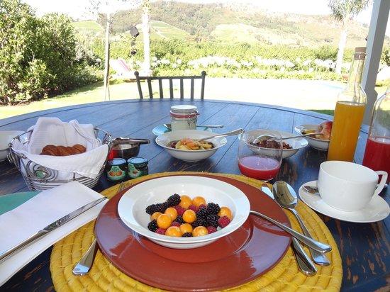 La Cle des Montagnes:                   Petit Dejeuner sur le terrace