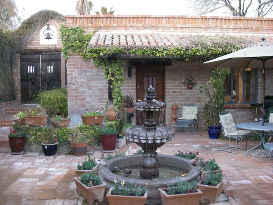 Hacienda del Desierto Bed and Breakfast:                   Patio room and courtyard