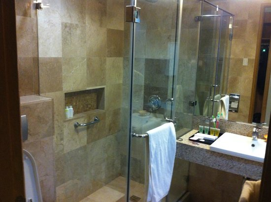 Crown Regency Resort & Convention Center: Clean bathroom