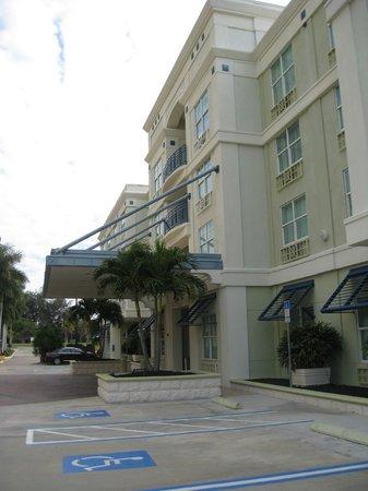 Hotel Indigo Sarasota:                   Front entrance