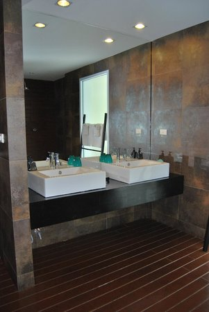 Mantra Samui Resort:                   spacious bathroom