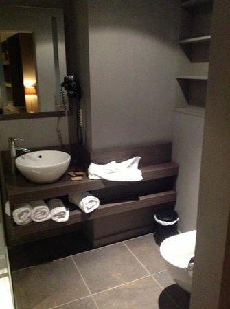 Tuinhotel:                   De badkamer van de luxekamer