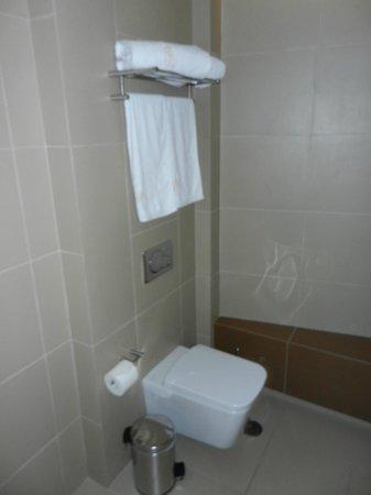 โรงแรมบูติคโอ & บีเอเธนส์:                   Toilette und Handtuchhalter